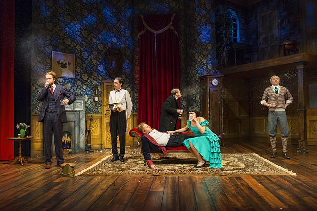 Näytelmä joka menee pieleen Turun Kaupunginteatterissa on tähdittty huippunäyttelijöillä