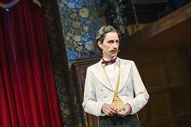 Miska Kaukonen esittää Hovimestari Perkinsiä Näytelmä joka menee pieleen -farssissa Turun Kaupungiteatterissa