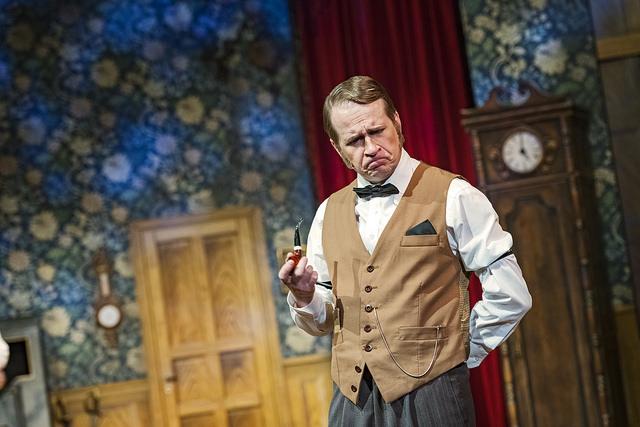 Teemu Aromaa esittää Tarkastaja Carteria Turun Kaupungiteatterin Näytelmä joka menee pieleen -farssissa