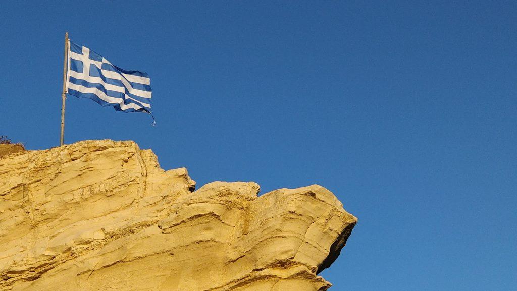 Kreikan lippu liehuu salossa Agios Sostiksen satamassa Zakinthosilla.