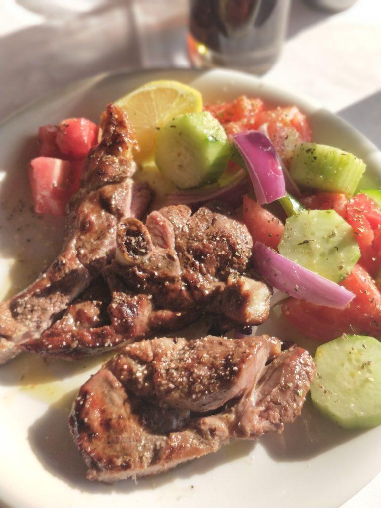 Zakinthosin Volimesin kylän Kaminaki-ravintolassa sai syödäkseen näin herkullisia lampaankyljyksiä.