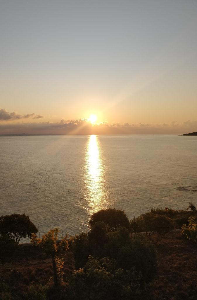 Vasten auringon siltaa aikaisin aamulla Zakinthosin Tragakin kylässä.
