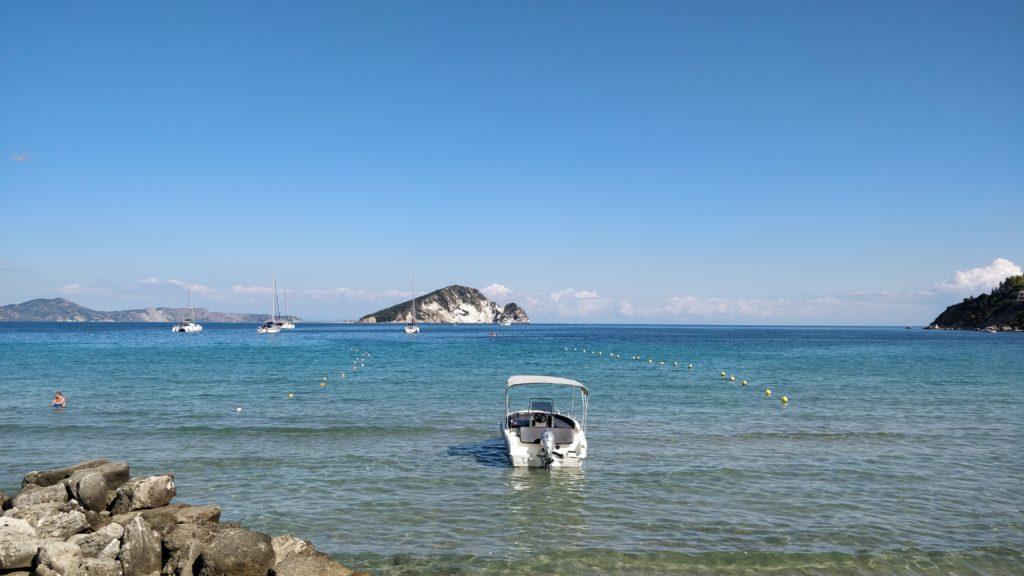 Joonianmerellä kelpaa purjehtia ja nauttia upeasta säästä.