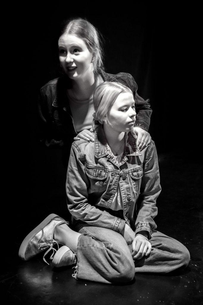 KOLME-nuorisonäytelmä Turun Nuoressa Teatterissa